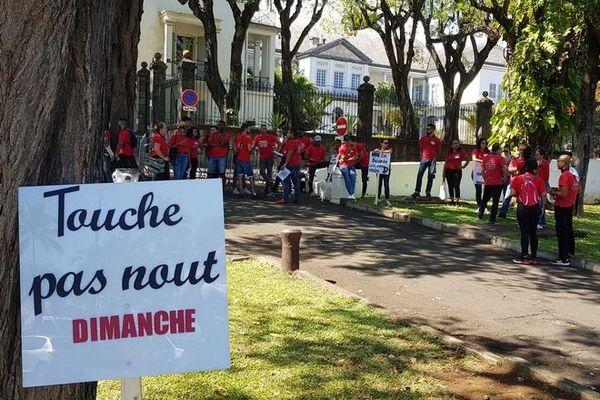 Travail le dimanche salariés pour manifestent devant préfecture Saint-Denis 291119