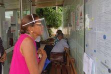 Betty Besry devant le tableau d'affichage du tribunal administratif de Basse-Terre