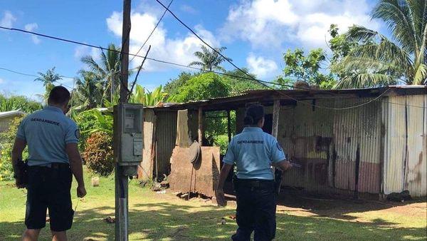 Gendarmes devant maison