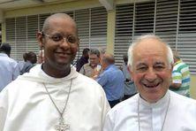 C'est le jeune archevêque de Fort-de-France, Mgr David Macaire (à gauche), qui administrera le diocèse de Guadeloupe, en attendant le remplacement de Monseigneur Riocreux (à droite).