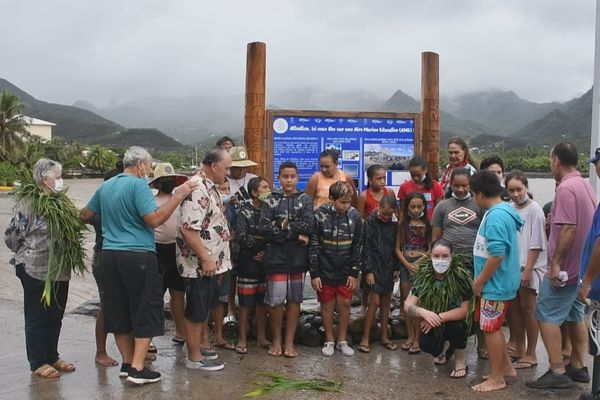 Marquises : le panneau de l'aire marine éducative d'Hakahau inauguré