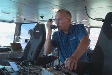 Tony Merkel inspectant les instruments de navigation sur l'un des deux ferries de la collectivité territoriale