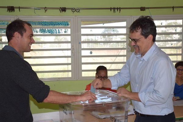 Philippe Dunoyer vote à l'école Michel-Amiot à Nouméa