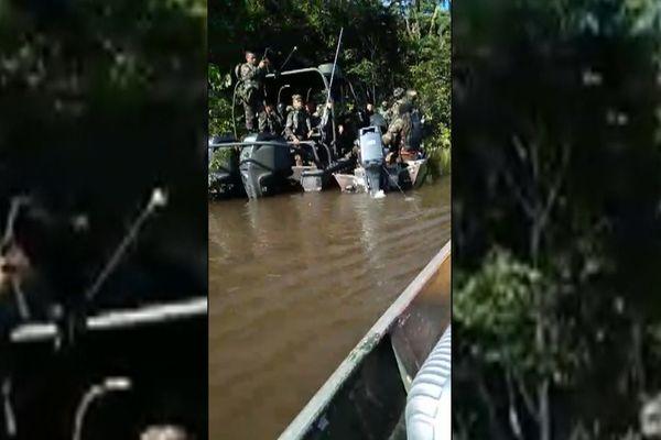 Arrestation d'une pirogue par la BOPE sur l'Oyapock
