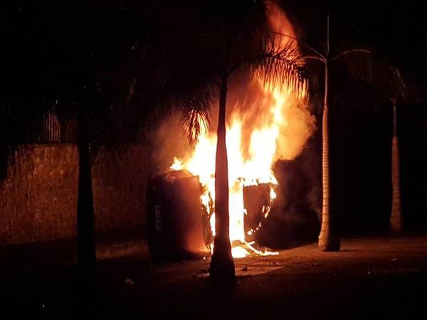 voiture en feu Camélias