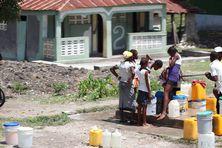 Approvisionnement à une borne d'eau à Haïti