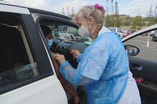 Au vaccidrive, pas besoin de sortir de son véhicule pour recevoir son injection anti-Covid.