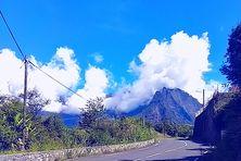 Route de Cilaos, ciel bleu et premier nuage, mardi 30 mars 2021