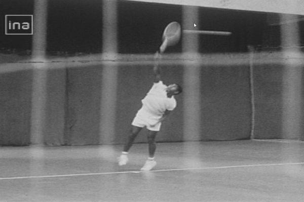 Wanaro N'Godrela au service à Roland Garros