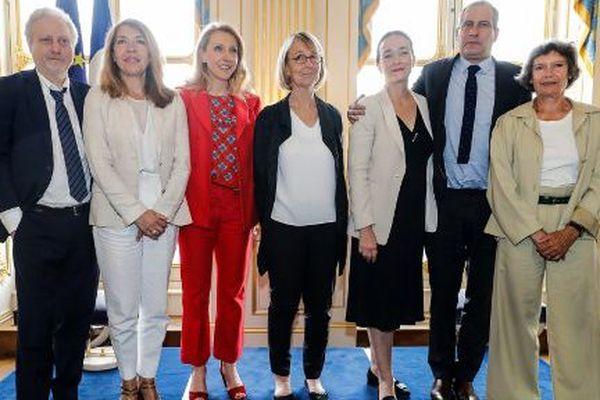 François Nyssen (au centre) et Yves Bigot (TV5 Monde), Marie-Christine Saragosse (France Médias Monde), Sibyle Veil (Radio France), Delphine Ernotte (France Télévisions), Laurent Vallet (INA) et Véronique Cayla (Arte)