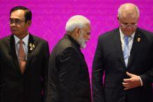 Le Premier ministre indien Narendra Modi passe devant le Premier ministre thaïlandais Prayut Chan-O-Cha et le Premier ministre australien Scott Morrison  lors du 14e Sommet de l'Asie de l'Est à Bangkok le 4 novembre 2019, en marge de la 35e Association des Sommet des nations de l'Asie du Sud-Est (ANASE).