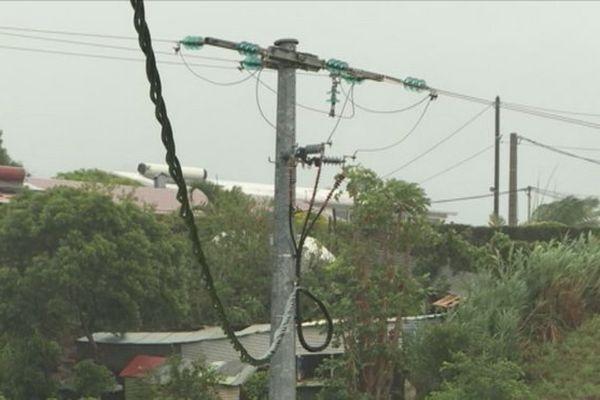 Carlos arrachent les câbles électriques