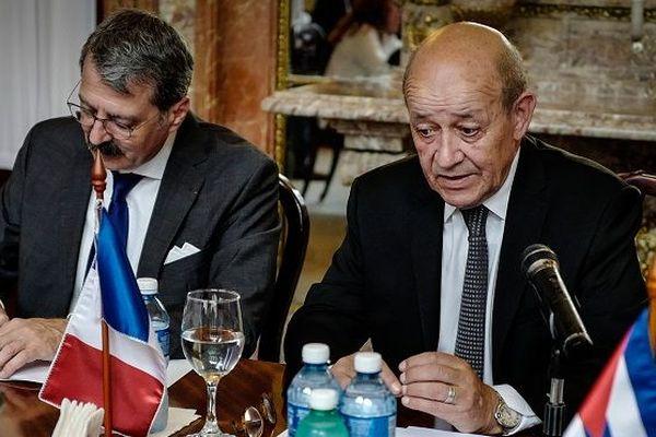 Le ministre français des Affaires étrangères Jean-Yves Le Drian (D) s'exprime lors d'une rencontre avec son homologue cubain Bruno Rodriguez au ministère des Affaires étrangères à La Havane le 28 juillet 2018.