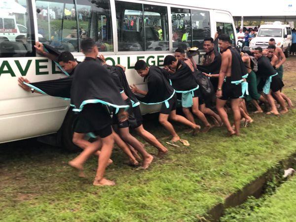 samoa - bus dans la boue