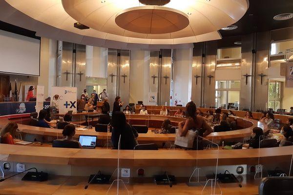 """""""HEC Stand Up"""" : une formation de la prestigieuse école de commerce est dispensée à La Réunion"""