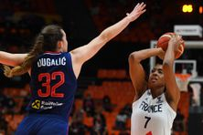 Sandrine Gruda (en blanc) face à la Serbe Angela Dugalic durant la finale de l'Euro féminin de basket dimanche 27 juin 2021 à Valence (Espagne).