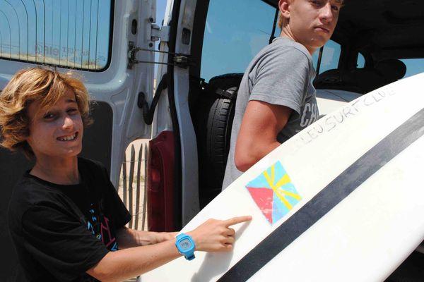 Loin des requins, les jeunes surfeurs réunionnais s'entraînent sereinement sur la côte Atlantique