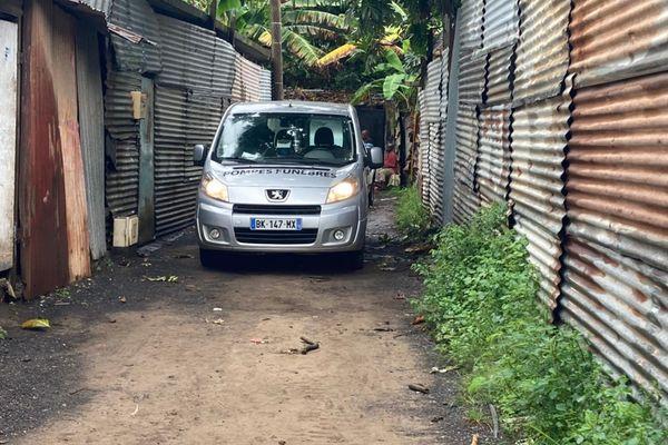 Pompes funèbres à Labattoir pour prendre le cadavre d'un jeune homme de 14 ans