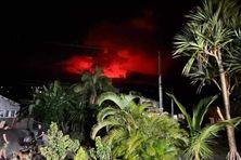 Si les lueurs du Volcan sont très visibles dans le Ciel, la lave est encore à plusieurs kilomètres de la RN2 et ne menace pas les habitations en bordure de l'Enclos.