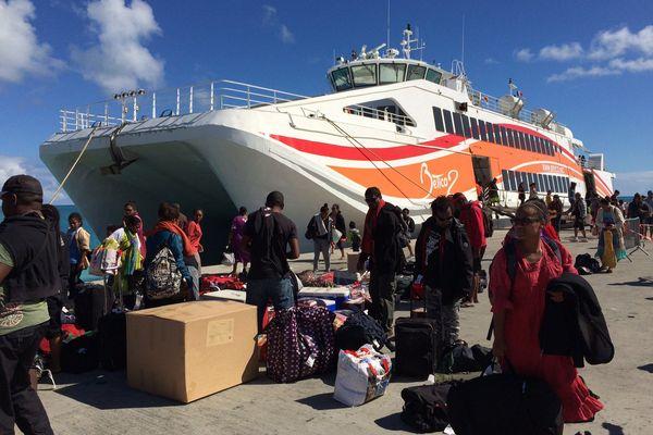 Photo touché arrivée première rotation Betico 2 sudiles wharf port wadrilla ouvéa bateau passagers (6 juin 2017)