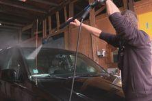 Des entreprises de nettoyage utilisent de l'eau qui a été récupéré grâce aux gouttières ou qui a été prélevé dans des bassins  pour laver par exemple les voitures.
