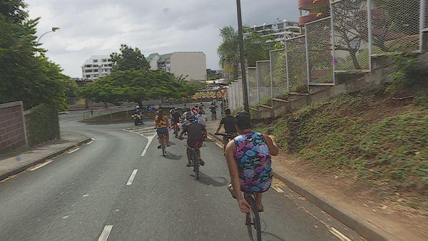 A vélo, des jeunes contre la violence dans la ville