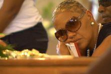 Le regard de la mère sur le cercueil de son fils...