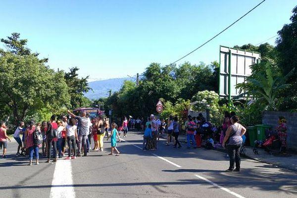 Manifestation devant l'école primaire de la Ravine des Cabris