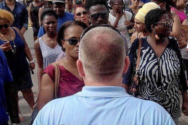 Les manifestants, devant la gendarmerie