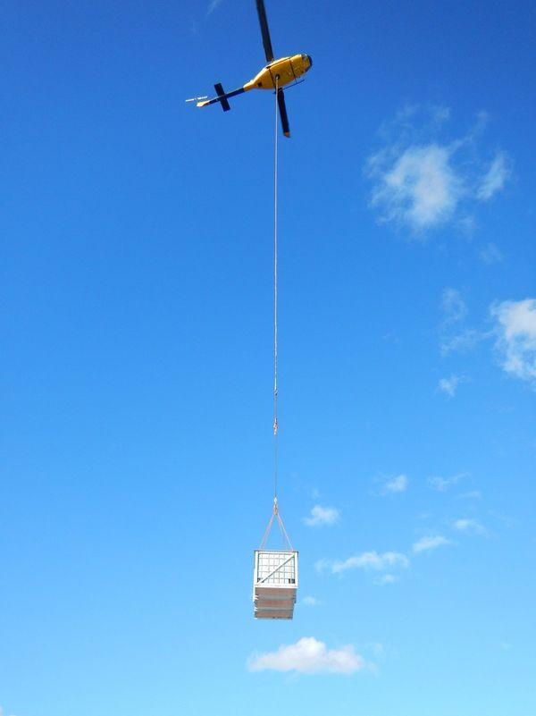 Transbordement fioul pompé Kea Trader porte-contneurs par hélicoptère 27 juillet 2017