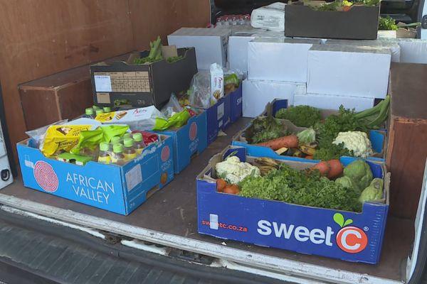 Distribution de colis alimentaires à Saint-Benoit