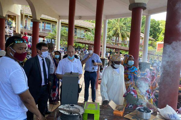 Gilles Halbout, recteur de Mayotte, ici en costume et cravate noires, lors de l'hommage à Miki Madi