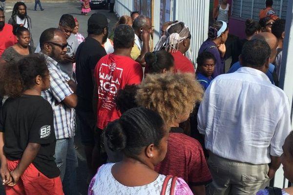 4 novembre 2018, file d'attente devant les bureaux de vote délocalisés à Nouméa.