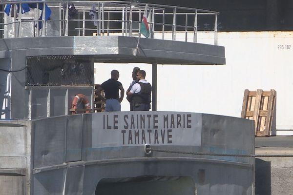 LA POLICE A BORD DE L'ÎLE SAINTE MARIE