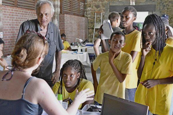Classe de Guyane en visite dans le laboratoire du Muséum sur l'île Royale