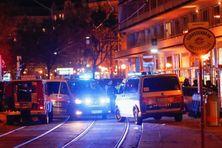 Des véhicules de police bloquent l'accès à une rue du centre de Vienne (Autriche) après des coups de feu, le 2 novembre 2020.