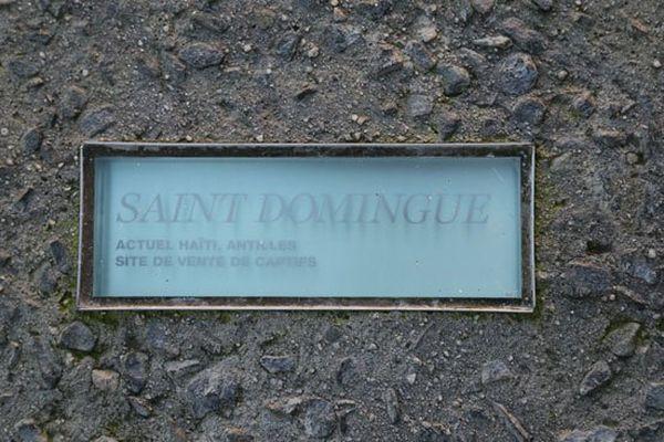 L'une des quelque 2000 plaques disposées sur l'esplanade du mémorial