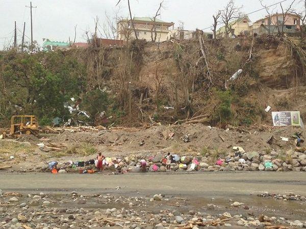 Patience, entraide et débrouille à Roseau, dix jours après le passage de l'ouragan Maria