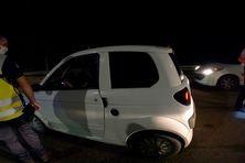 Des gendarmes de l'escadron de sécurité routière contrôlent une voiture à l'échangeur de Rivière-Salée samedi 30 janvier 2021