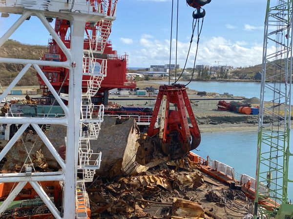 Echouement du Kea Trader : transfert de matériaux à Nouméa par la barge Cali, 2021