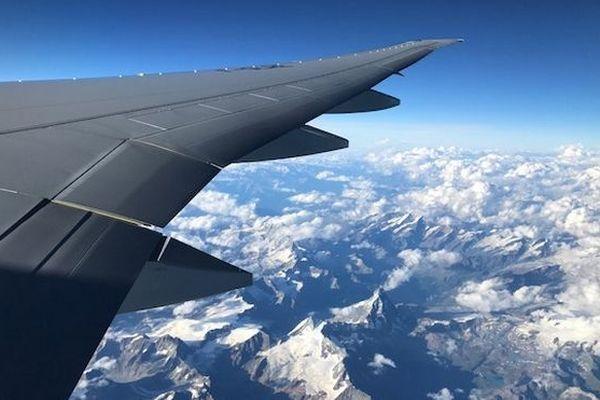 Avion aile au dessus des Alpes