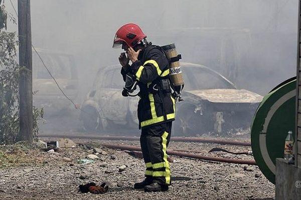 Douze pompiers blessés dans un incendie qui a ravagé un entrepôt dans la zone industrielle de Cambaie.