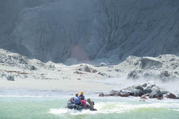 Eruption volcan NZ White island