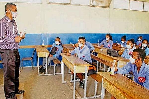 Éleves masqués dans les écoles de Madagascar