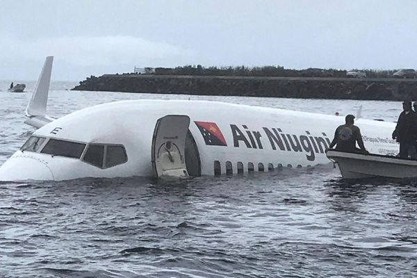 Un Boeing 737 rate son atterrissage et finit dans le lagon
