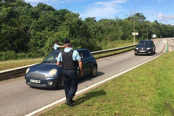 Les forces de l'ordre procédant à des contrôles routiers