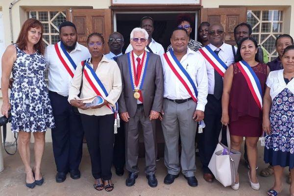Pierre Désert entouré de son équipe municipale