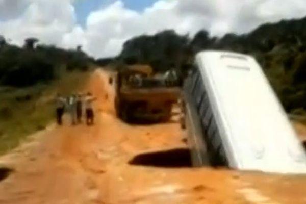 bus emporté par rivière Brésil