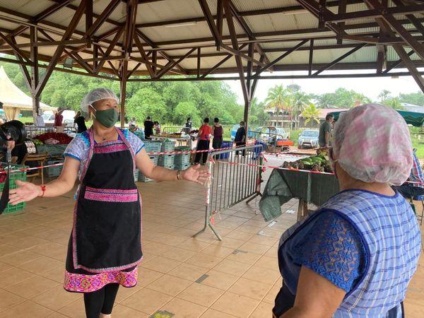 Les vendeuses dansent en attendant les clients