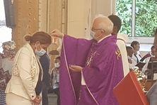 Mgr. Jean-Yves Riocreux remettant les cendres aux fidèles à Pointe-à-Pître